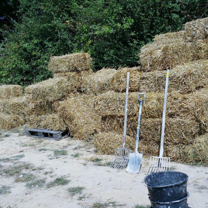 Dan komt onze buurman de boer de strobalen brengen